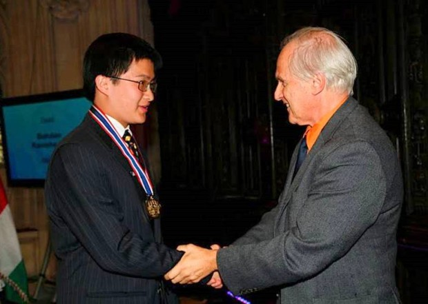 Gold Medalist Yixiao Wang receiving his award from Sir Harry Kroto at the 2009 International Chemistry Olympiad at Cambridge, UK. [photo: John Kotz]